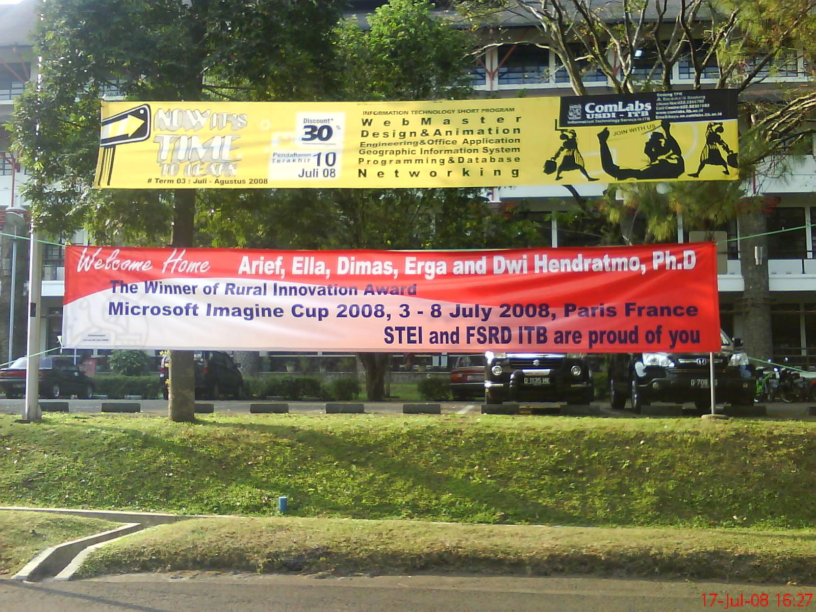 ... berada) juga terpasang spanduk ucapan selamat datang ( welcome home