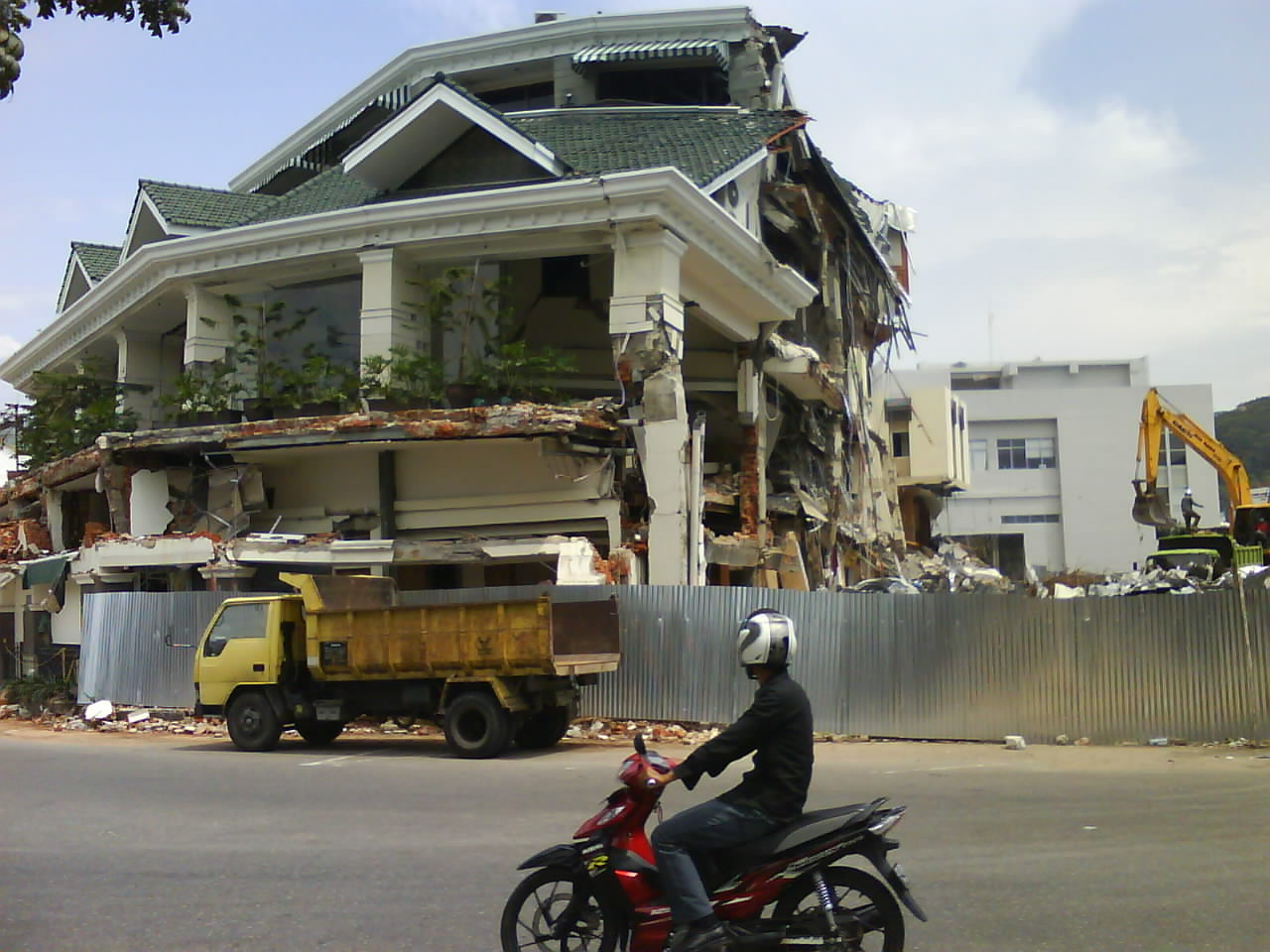 The Breakup of Ambacang Hotel On 2009 Earthquake in Padang