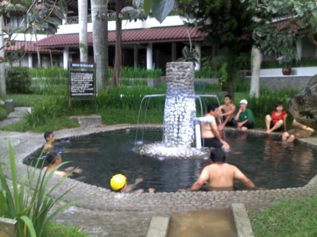 Berendam di dalam kolam air panas