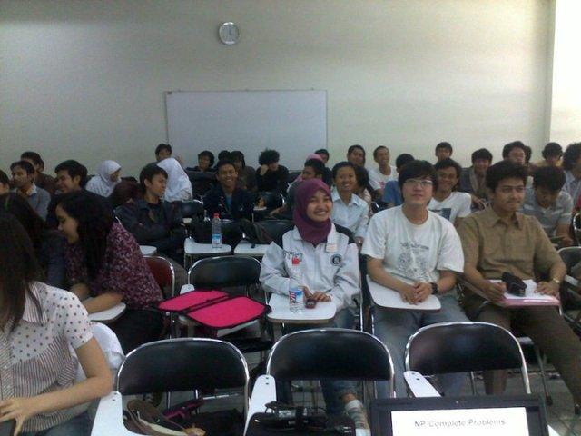 Para mahasiswa tersenyum ketika sedang difoto di ruang kuliah 7602