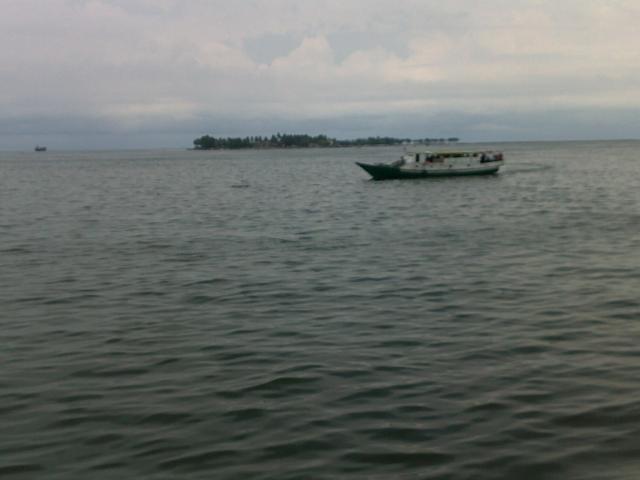 Pulau yang padat penghuni, tidak jauh dari Pantai Losari.