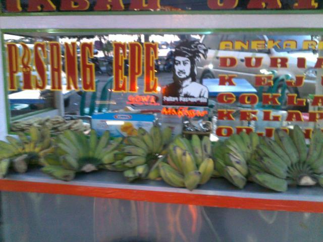 Gerobak pedagang pisang epe