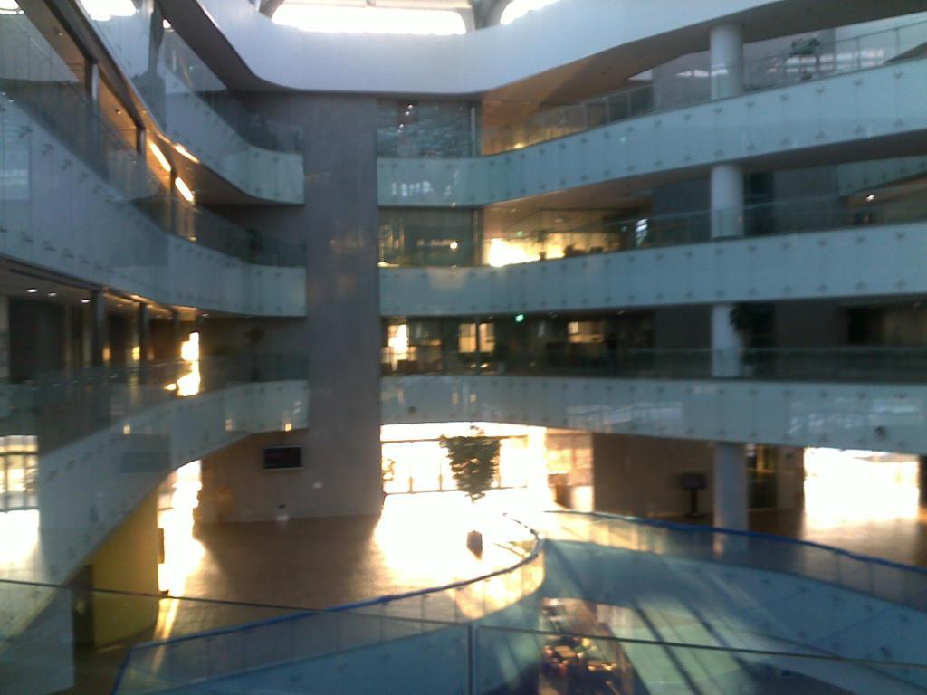 Gedung Graduate Program on Informatio Security di KAIST, lebih mirip mal daripada gedung fakultas.