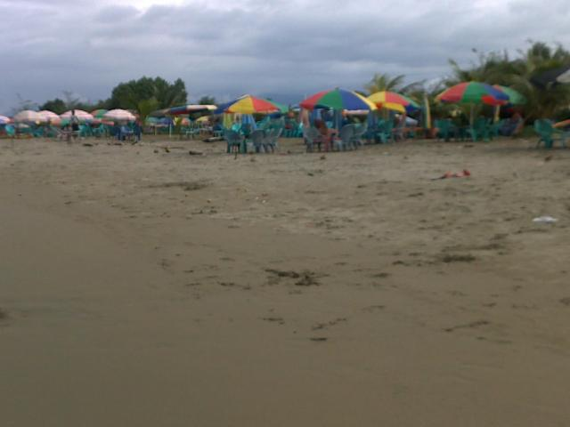 Tenda-tenda sepanjang pantai
