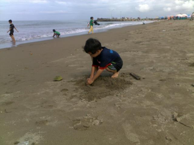 Asyiknya bermain pasir di Pantai Purus