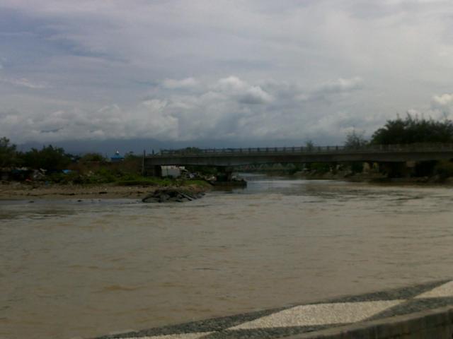 Pertemua air sungai dan air laut di Pantai Purus