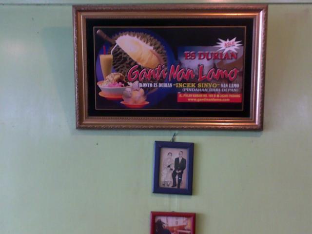 Lukisan es durian di dalam kedai Ganti Nan Lamo