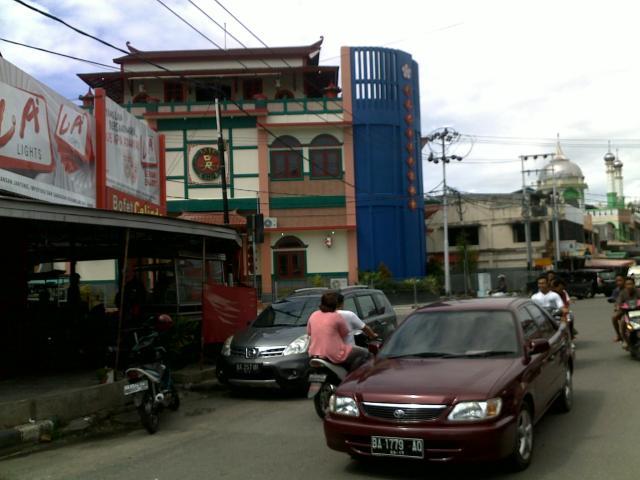 Kedai Ganti Nan Lamo di kawasan pecinan, Pondok, Padang. Masjid dan kelenteng berdekatan lokasinya.