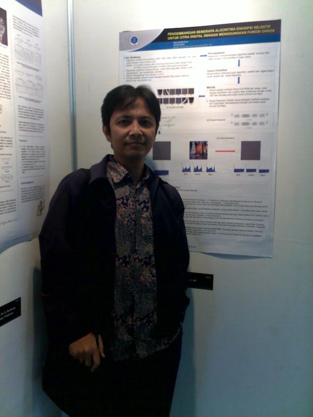 Terakhir, ini saya sedang narsis berdiri di depan poster penelitian saya. sendiri.