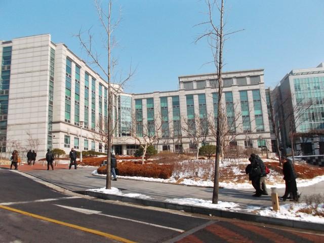 Gedung-gedung megah dan besar di kampus KU
