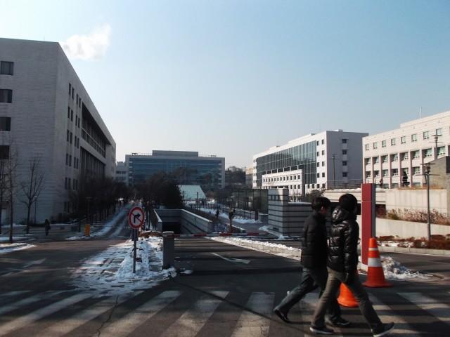 Mahasiswa KU melintas dengan jaket tebal. Musim dingin sih.