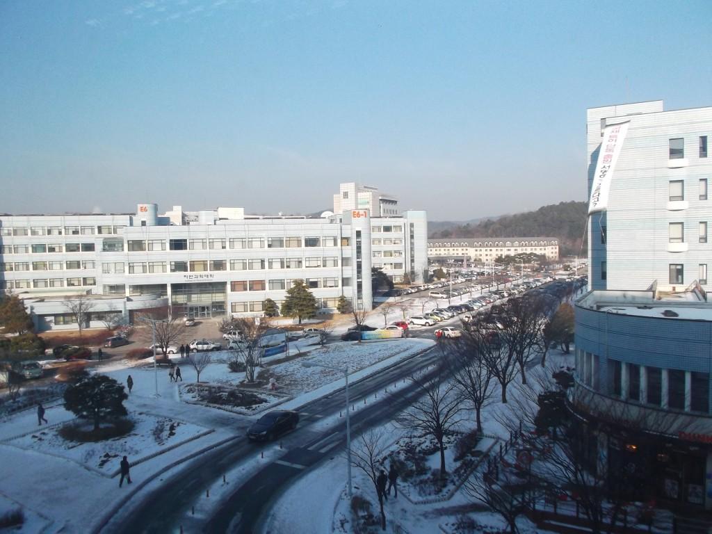 Gedung-gedung fakultas di KAIST. Salju menyelimuti kampus ini.