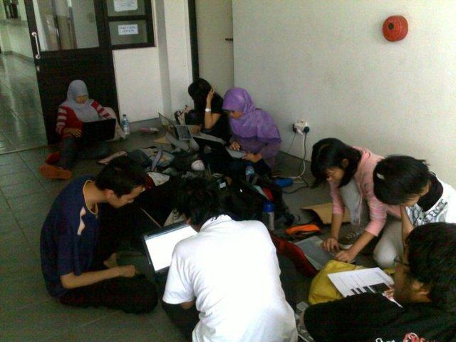 Mahasiswa Prodi STI sedang ngampar di lorong Labtek V