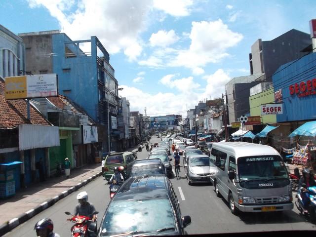 Kepadatan Jalan Ahmad Yani depan Pasar Kosambi