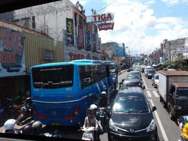 Bis TMB dilihat dari atas TMB yang lain (lokasi: Jalan Ahmad Yani dekat Pasar Kosambi)