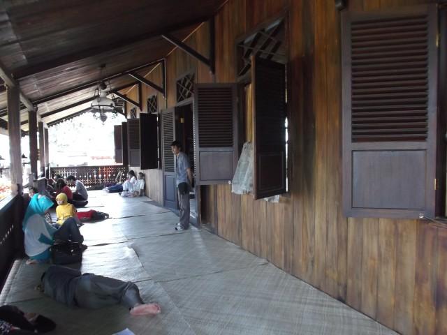 Beranda rumah adat ini sangat nyaman untuk leyeh-leyeh, bisa terkantuk-kantuk di sini ditiup angin sepoi-sepoi.