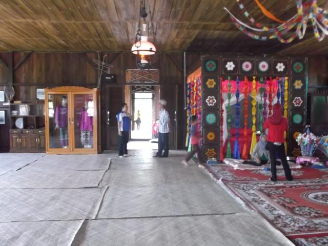 Ruangan lapang di dalam rumah adat
