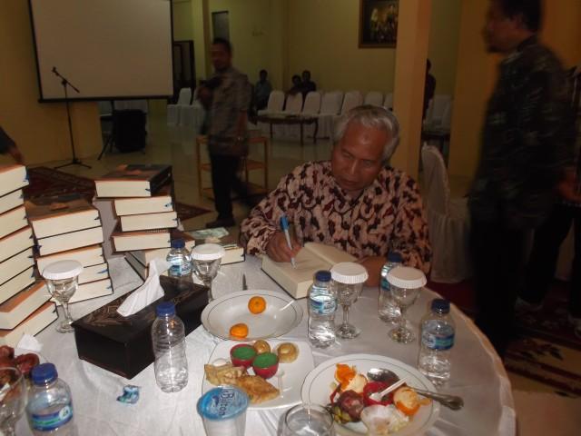 Pak Bupati sedang memberi tanda tangan pada buku biografinya
