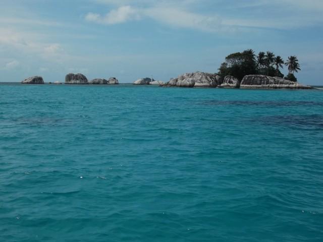 Pulau-pulau yang berserakan dari batu granit