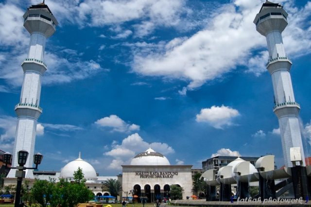 Masjid Agung Bandung (Sumber foto: http://kubahmasjid.co.id/masjid-raya-bandung-jawa-barat/)