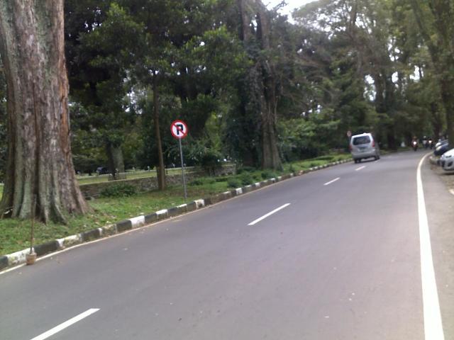 Sudah tidak ada lagi mobil yang parkir di sepanjang ruas jalan Ganesha yang ada rambu larangan parkir.
