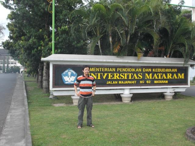 Narsis di depan kampus Unram