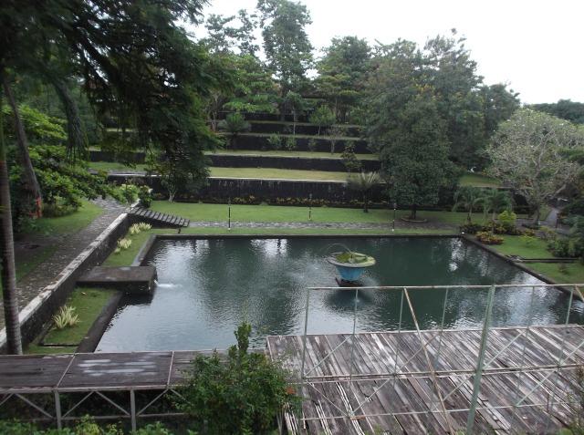 Sebuah kolam di Taman Narmada