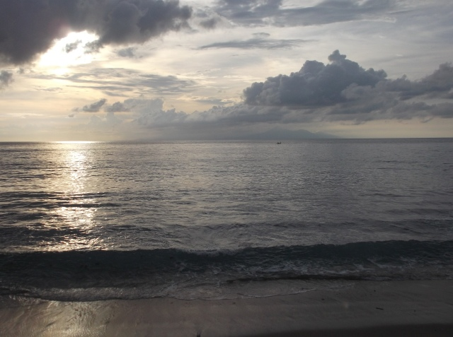 Menjelang sunset di Senggigi. Di kejauhan tampaklah Pulau Bali dan Nusa Penida