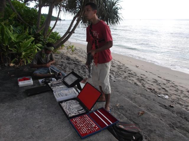 Pedagang mutiara di pantai. Lombok terkenal dengan tempat budidaya mutiara air tawar dan mutiara air laut.
