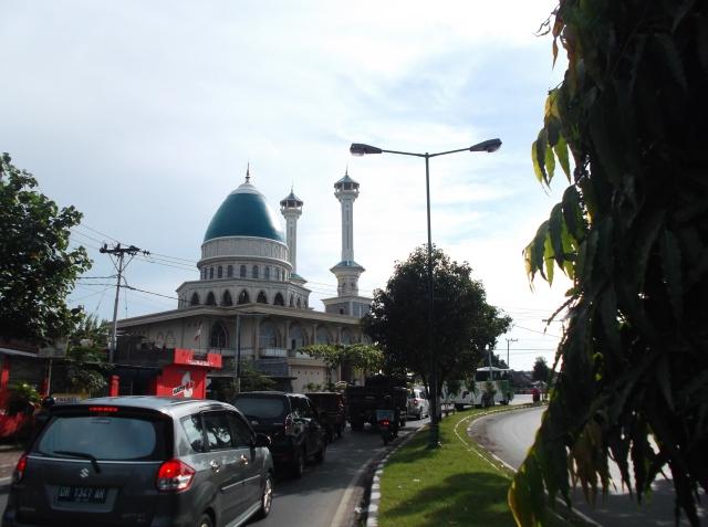 Masjid di kota Mataram dengan kubah berbentuk lonjong