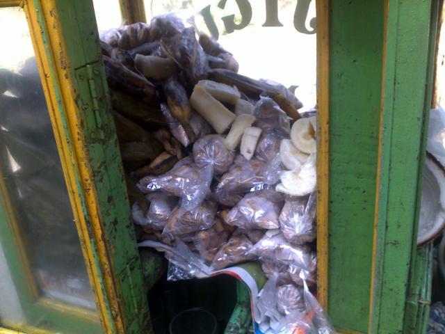 Ketimus, lepet pisang, kacang rebus, pisang rebus, singkong rebus, semua ada di dalam gerobak bajigur aki Jupri