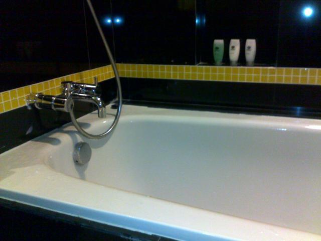 Bathub dengan kran dan shower