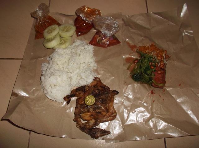 Seporsi ayam taliwang (sambal dan teman-temannya masih dibungkus plastik)