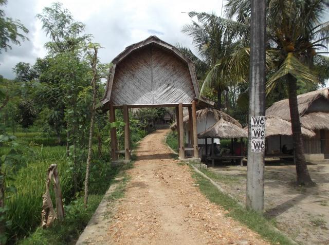 Gapura menuju kampung Sasak