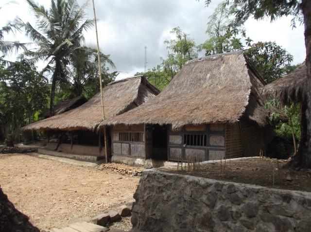 Rumah-rumah penduduk suku Sasak