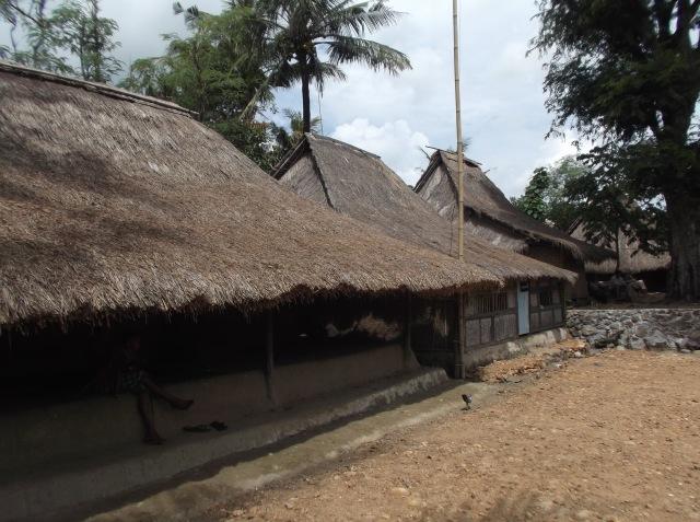 Rumah-rumah orang Sasak yang sepi. Pada kemana penghuninya?
