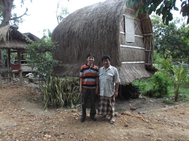 Saya dan pria Sasak berfoto sebelum pamitan