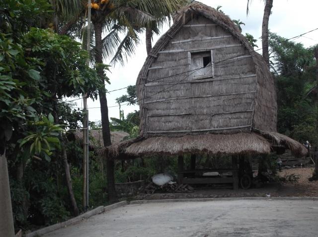Rumah adat yang disebut blumbung, tempat menyimpan hasil panen padi.
