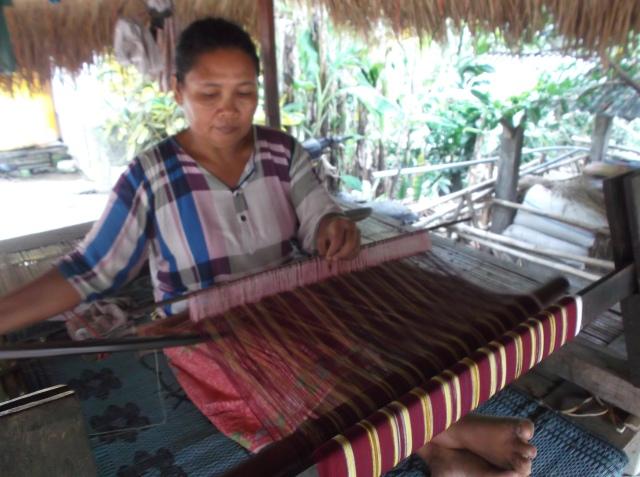 Wanita Sasak sedang menenun kain tradisionil.