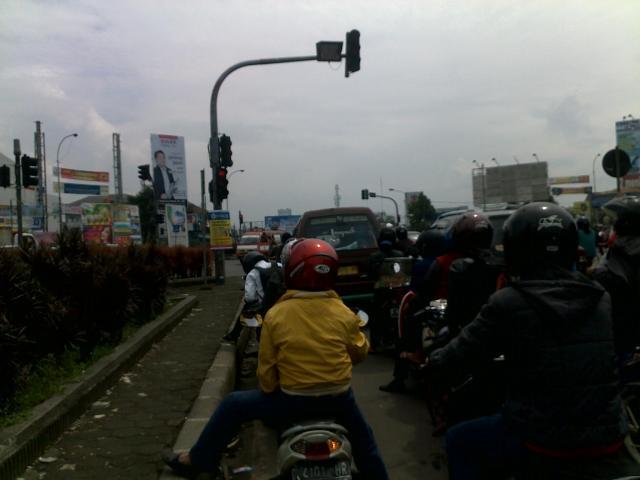 Lampu merah di perempatan Jalan Soekarno-Hatta dan Jalan Kiaracondong