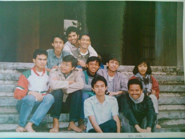 Emil (sedang dipeluk di deretan belakang) dan para murid Bimbel Salman berfoto dengan para pengajar di tangga Masjid Salman, tahun 1990 usai malam tafakkur menjelang UMPTN 1990.