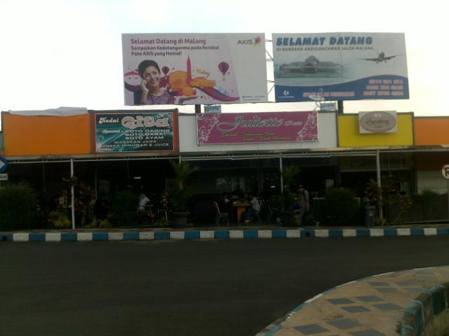 Ruang kafetaria dan toko-toko