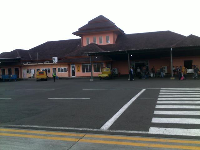 Bandara tampak dari  landasan pacu