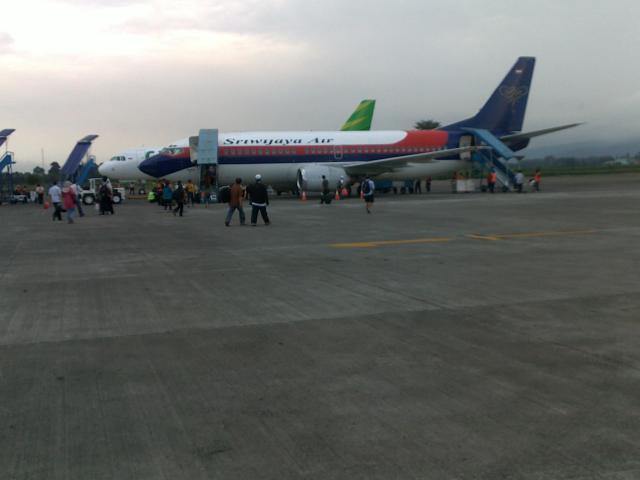 Pesawat Sriwijaya Air yang mendarat di bandara.