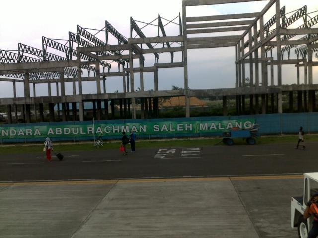 Rangka gedung bandara yang baru tampak dari landasan lacu