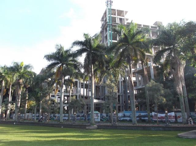 Dari kejauahan tampak pembangunan gedung Fakultas Ekonomi dan Bisnis yang menjulang tinggi.