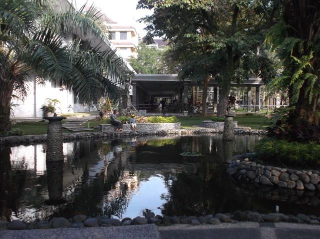 Taman-taman dan kolam yang adem.