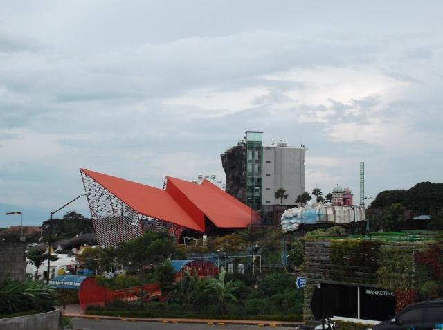 Kawasan Jatim Park II yang terpadu dengan hotel dan tempat wisata.