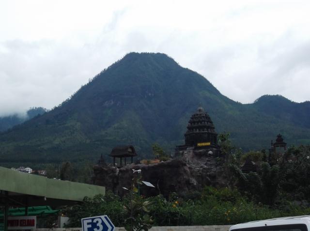 Candi dengan latar belakang bukit berbentuk piramid