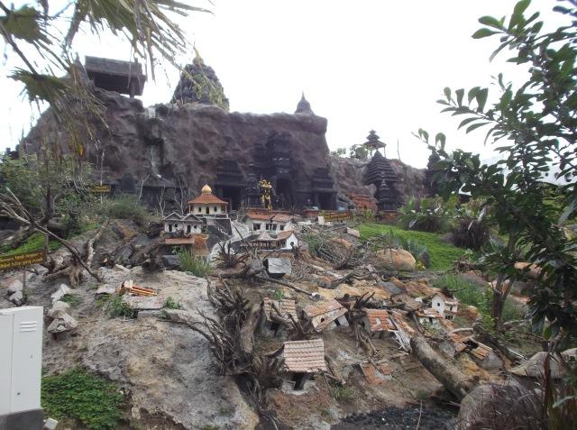 Diorama yang memperlihatkan kerusakan alam akibat penebangan hutan.